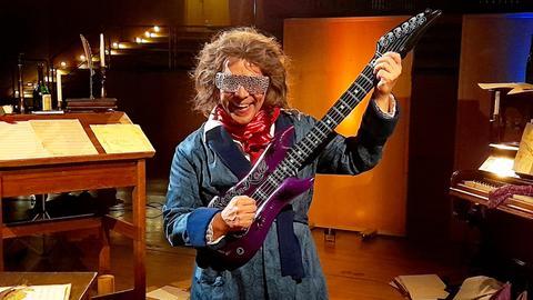 Moderator Juri Tetzlaff in der Verkleidung eines rockigen Beethoven - mit E-Gitarre