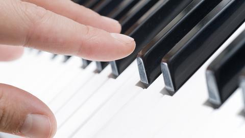 Finger auf einer Klaviertastatur