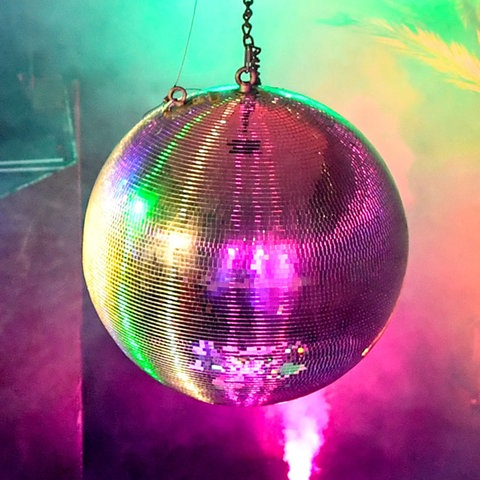 Bildkombo: Diskokugel bunt angestrahlt/ zebrochen am Boden