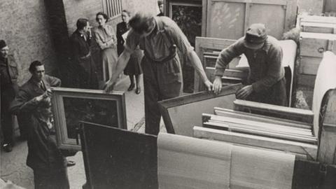 Edith Standen und Rose Valland überwachen einen Transport im Central Collecting Point in Wiesbaden nach Frankreich