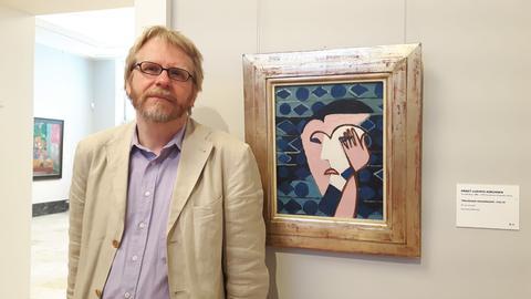 """Museumsdirektor Christoph Otterbeck steht vor Ernst Ludwig Kirchners Werk """"Trauriger Frauenkopf""""."""