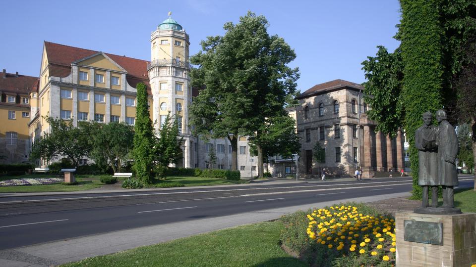 Landesmuseum Kassel - im Vordergrund eine Figur der Brüder Grimm
