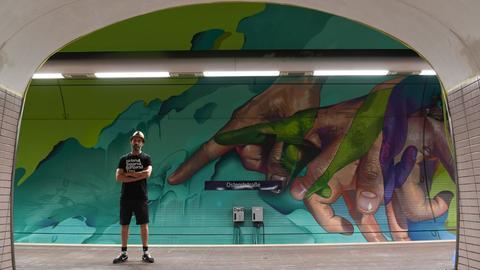 """Graffiti """"Laufende Hände"""" in der Frankfurter Ostendstraße"""