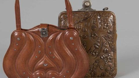 Deutsches Ledermuseum Damentasche, vermutlich Europa, 1897 (links) und Damenbügeltasche mit Lederpressung, vermutlich Europa, um 1910 (rechts)