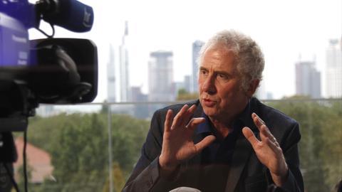 Regisseur Raymond Ley im Interview, Skyline im Hintergrund