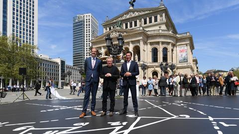 Daniel Libeskind (Mitte) vor der Alten Oper in Frankfurt