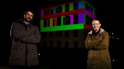 Lichtkünstler Pascal und Daniela Kulcsár vor dem Holzhausenschlösschen in Frankfurt.