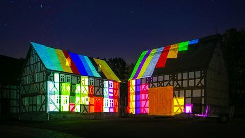 Lichtkunst im Hessenpark - Fachwerkhaus mit Farbspielen