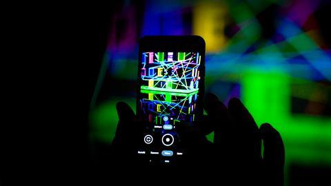Lichtkunst von Pascal und Daniela Kulcsárr. Gesteuert wird per App auf dem Smartphone.