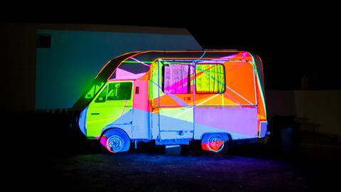 Lichtkunst Pascal und Daniela Kulcsár - beleuchtetes Wohnmobil