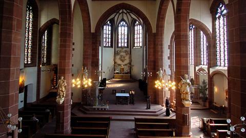Ein Blick in das durch die Pfeilerführung in drei Schiffe aufgeteilte Innere der Liebfrauenkirche in Frankfurt am Main (Foto vom 05.07.2004).