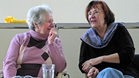 Lilo Günzler (links) im Gespräch mit Ursula Ernst