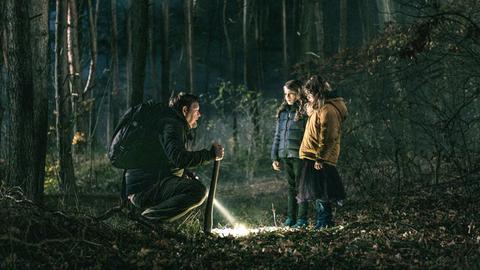 Zwei junge Mädchen mit fremden Mann im Wald