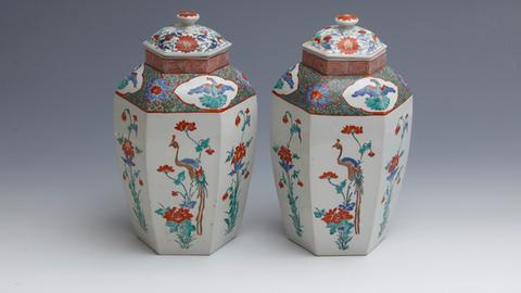 Zwei sechseckige Deckelvasen