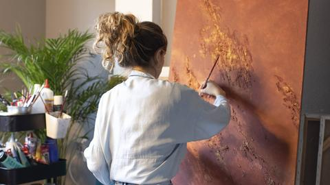 Künstlerin an einer Leinwand