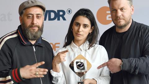 """Kida Khodr Ramadan, Maryam Zaree und Regisseur Marvin Kren (v.l.n.r.) 2018 mit ihrem Grimme-Preis für die TV-Serie """"4 Blocks""""."""