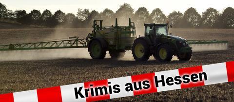 Traktor versprüht Unkrautvernichtungsmittel auf Feld