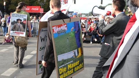 """Für den Bau einer Mauer: Anhänger von """"Die Partei"""" bei einer Demo vor dem Bundestag in Berlin im Jahr 2011"""