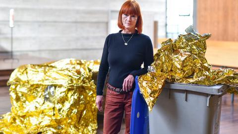 Die Künstlerin Romana Menze-Kuhn mit ihrem Kunstwerk in der Mannheimer Philippuskirche