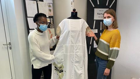 Studierende präsendieren nachhaltig produziertes Kleid