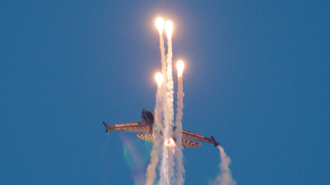 Militärflugzeug mit Täuschkörpern