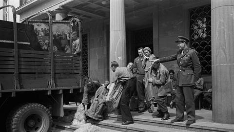 Arbeiter des Collecting Point laden rheinische Objekte auf einen Militärlaster vor dem Staatsarchiv, Frühjahr 1946
