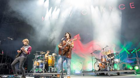Milky Chance bei einem Auftritt auf der Bühne 2017 in den USA