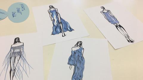 Zeichnungen von Schülerinnen und Schülern der Modeschule Frankfurt zum Motto Blau. Sie zeigen skizzierte Frauenkleider.