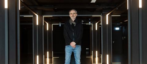 Alex Azary, Vorsitzender des Vereins MOMEM (Museum of Modern Electronic Music) steht in den Räumen des zukünftigen Museums an der Hauptwache in Frankfurt.