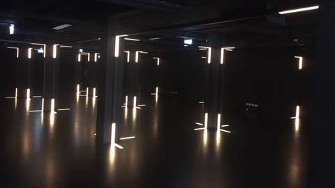 Ein noch sehr dunkler Raum mit wenigen Lichtschlitzen.