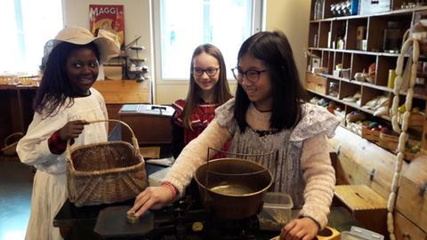 Drei Mädchen besuchen das Junge Museum
