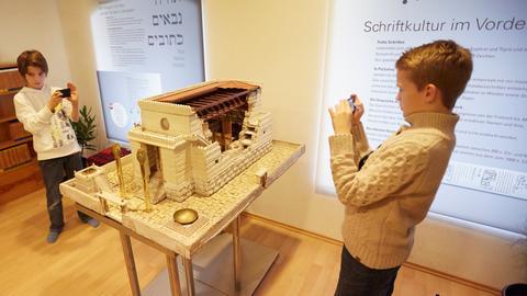Zwei Jungen mit dem Smartphone an einem Exponat des Bibelhauses Frankfurt