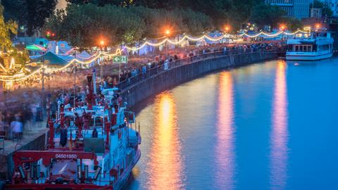 Impression vom Museumsuferfest 2018 - Menschenmengen die am beleuchteten Mainufer entlanglaufen