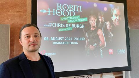 """Komponist Dennis Martin steht vor einer Ankündigung zum Streaming-Konzert des Musicals """"Robin Hood"""""""