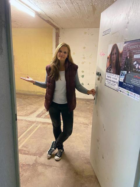 Musikerin Ann DOKA im Inneren des Bunkers