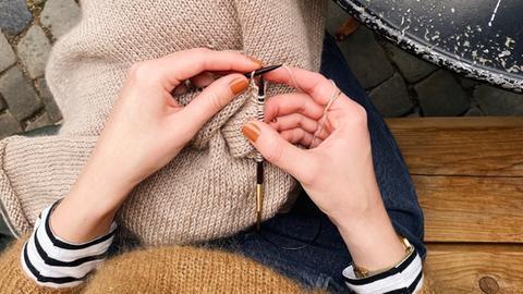 Lydia Huth strickt einen Pullover