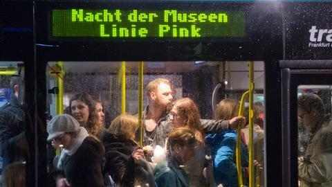 Busse bringen Besucher der Langen Nacht der Museen von einem Ort zum nächsten.