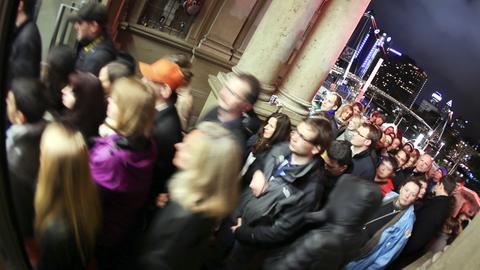Besucher strömen bei der Nacht der Museen ins Städel