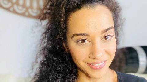 Sängerin Nadja Benaissa - im Selfie-Modus