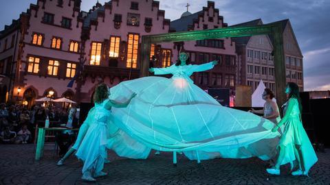 """Künstler der """"antagon theaterAKTion"""" zeigen auf dem Frankfurter Römerberg eine Tanz-Performance."""