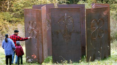 Künstlernekropole Kassel - das aus Stahlplatten bestehende Grabmal des Künstlers Ugo Dossi.