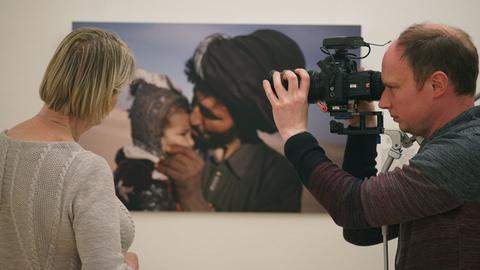 Kathy Gannon betrachtet das Foto eines afghanischen Nomaden, beobachtet von Kameramann Bernd Rischner.
