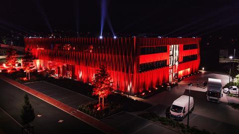 Die Adam Hall bei Frankfurt wurde rot angestrahlt.
