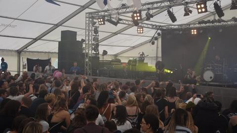 Zuschauer vor der Bühne beim Oben-Festival