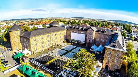 Luftaufnahme vom Open-Air-Kino im Hof des Landgrafenschlosses in Butzbach