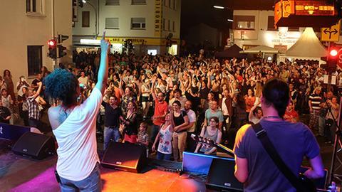 Abendveranstaltung: Bühne mit Band beim Open Doors-Festival in Neu-Isenburg. Davor sehr viele Zuschauer.