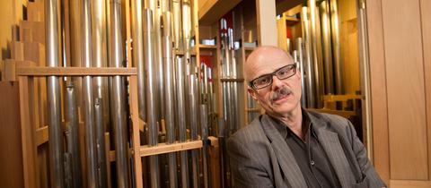 Martin Lücker vor Orgelpfeifen in der St. Katharinenkirche in Frankfurt