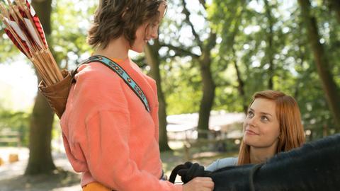 Szene aus Ostwind 4: Ari (Luna Paiano,  links) sitzt auf Ostwind und spricht mit Mika (Hanna Binke)