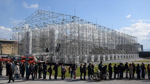 """Besucherschlange am """"Parthenon der Bücher"""""""