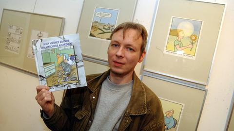 Martin Perscheid mit einem seiner markanten Cartoons (Archivbild aus dem Jahr 2004).